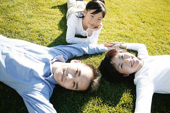 一、写家里事的作文类型   1.写家里的日常生活,表现家庭生活中有意思或有意义的内容;   2.写参加家里的劳动或跟家里人学习家务;   3.写发生在家庭中的一件事,反映出家庭成员的个性素质或思想品质;   4.写我与爸爸妈妈之间发生的事情,说明自己从中受到的教育和启发;   5.