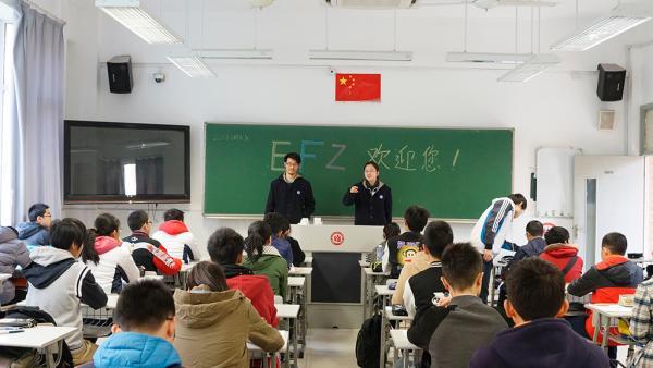 """3月26日,华东师范大学第二附属中学举办校园开放日活动。""""华二既以科技创新教育见长,又富含文化底蕴和人文关怀"""",这是不少来访学生和家长的共同感受。   作为上海一所拥有深厚文化底蕴的市实验性示范性高中,华东师大二附中在校园开放日当天专门开放了学校的校史陈列室,学生可自主参观。在校方看来,""""校园开放日""""开放的不仅是校园,更是人文环境。通过了解学校的历史沿革和办学成果,学生们励志奋发,也有助于更深入了解学校的特色,在报考时作出理性选择。   华东师大二附中当"""